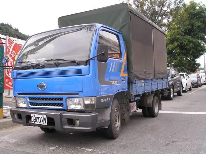 景氣差! 台灣導遊「開貨車」接送遊客…
